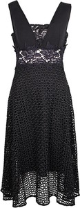 Czarna sukienka pinko w koronkowe wzory bez rękawów