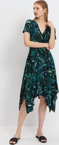 Czarna sukienka Mohito asymetryczna z krótkim rękawem