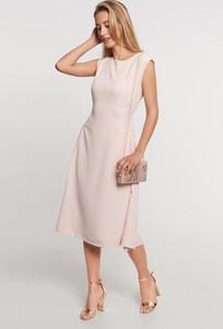 Różowa sukienka QUIOSQUE z okrągłym dekoltem
