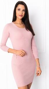 Różowa sukienka Edoti z okrągłym dekoltem z długim rękawem w stylu casual