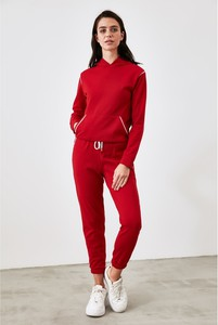Czerwony dres Trendyol