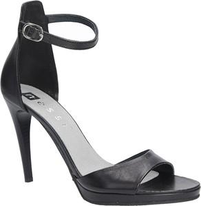 Czarne sandały Nessi ze skóry z klamrami