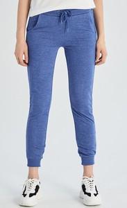 Niebieskie spodnie sportowe Sinsay z dresówki w młodzieżowym stylu