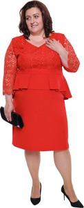 Czerwona sukienka modneduzerozmiary.pl z długim rękawem midi z dekoltem w kształcie litery v