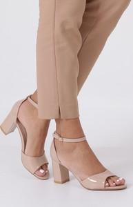 Różowe sandały Casu z klamrami w stylu glamour
