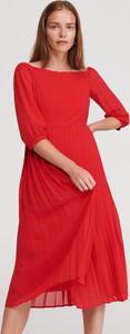 Czerwona sukienka Reserved z dekoltem w łódkę midi z długim rękawem