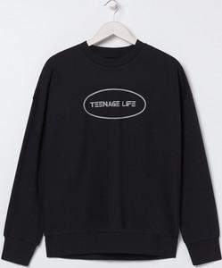 Czarna bluza Sinsay w młodzieżowym stylu z dresówki