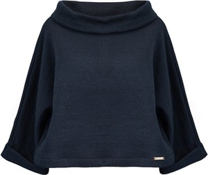 Niebieski sweter Kasia Zapała z dzianiny