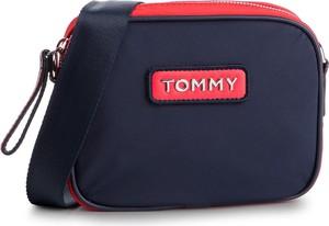 Niebieska torebka Tommy Jeans średnia w młodzieżowym stylu