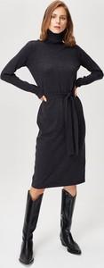 Czarna sukienka FEMESTAGE Eva Minge midi w stylu casual