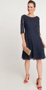 Granatowa sukienka QUIOSQUE mini z okrągłym dekoltem z długim rękawem