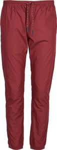 Czerwone spodnie ubierzsie.com w stylu casual z tkaniny