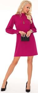 Różowa sukienka MERRIBEL midi z długim rękawem z okrągłym dekoltem