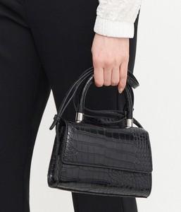 Czarna torebka Reserved na ramię ze skóry lakierowana