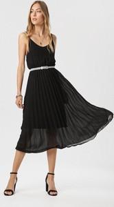 Czarna sukienka born2be z dekoltem w kształcie litery v na ramiączkach