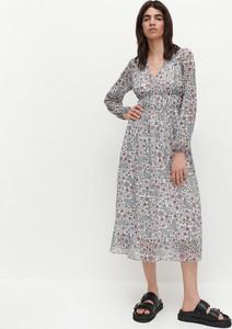 Sukienka Reserved midi z dekoltem w kształcie litery v trapezowa