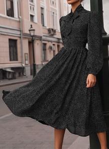 Czarna sukienka Sandbella z dekoltem w kształcie litery v midi