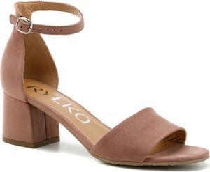 Brązowe sandały Ryłko z klamrami na obcasie