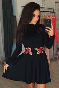 Czarna sukienka IVET.PL z tkaniny rozkloszowana z golfem