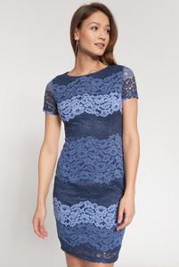 Niebieska sukienka QUIOSQUE z okrągłym dekoltem z krótkim rękawem