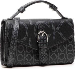 Czarna torebka Calvin Klein z nadrukiem średnia na ramię