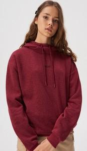 Czerwona bluza Sinsay w młodzieżowym stylu krótka