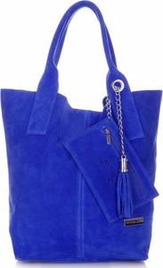 Niebieska torebka VITTORIA GOTTI na ramię w wakacyjnym stylu z breloczkiem