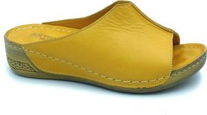 Żółte klapki ARTIKER RELAKS w stylu casual na koturnie