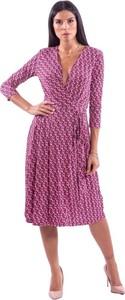 Różowa sukienka Guess z dekoltem w kształcie litery v midi z długim rękawem
