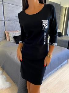 Czarna sukienka ModnaKiecka.pl z okrągłym dekoltem z długim rękawem