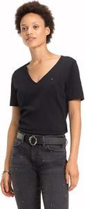 Czarny t-shirt Tommy Hilfiger z dekoltem w kształcie litery v w młodzieżowym stylu z krótkim rękawem
