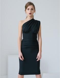 Czarna sukienka Klaudyna Cerklewicz bez rękawów asymetryczna