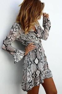 Brązowa sukienka Ivet.pl z długim rękawem w stylu casual