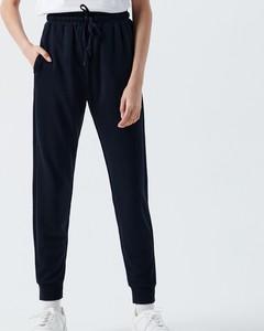 Czarne spodnie Cropp z dresówki w sportowym stylu