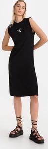 Czarna sukienka Calvin Klein midi z bawełny z okrągłym dekoltem