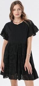 Czarna sukienka born2be w stylu casual rozkloszowana