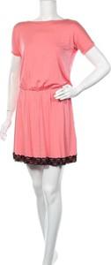 Różowa sukienka Tessita mini z krótkim rękawem