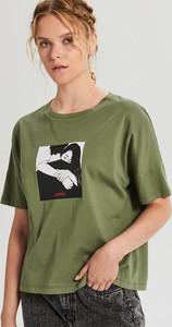 Zielony t-shirt Cropp w młodzieżowym stylu z okrągłym dekoltem z nadrukiem
