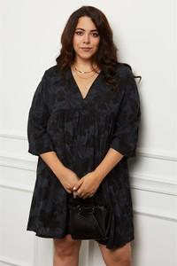 Czarna sukienka Curvy Lady w stylu casual z długim rękawem z dekoltem w kształcie litery v