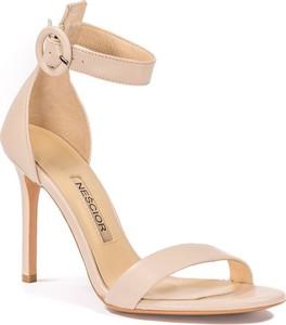 Sandały Neścior w stylu klasycznym z klamrami na szpilce