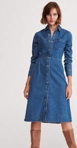 Niebieska sukienka Reserved z jeansu midi szmizjerka