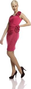 Różowa sukienka Fokus z dekoltem w kształcie litery v dopasowana