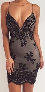 Czarna sukienka IVET na ramiączkach mini dopasowana
