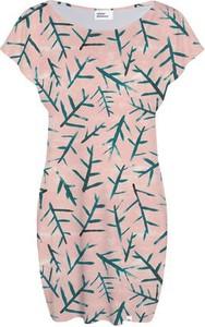 Różowa sukienka COLOUR PLEASURE z dzianiny midi