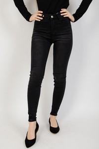 Czarne jeansy Olika w street stylu