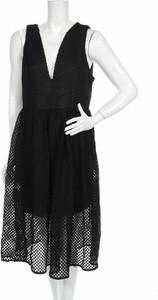 Czarna sukienka White Closet z dekoltem w kształcie litery v