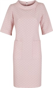 Różowa sukienka Poza z żakardu z krótkim rękawem z okrągłym dekoltem