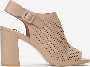 Brązowe sandały born2be z klamrami na średnim obcasie