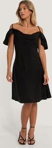 Czarna sukienka NA-KD z krótkim rękawem