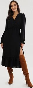 Czarna sukienka born2be z długim rękawem z dekoltem w kształcie litery v midi